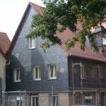 Fassaden: Spitzwinkeldeckung Naturschiefer